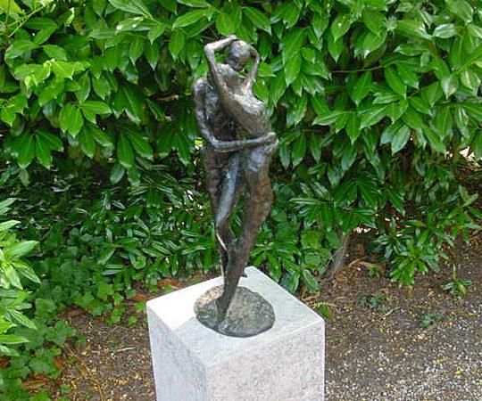 Bronzen beeld zoenend liefdespaar